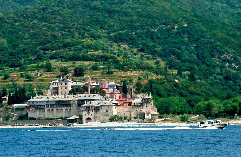 阿索斯山半島的其中一間修道院,坐落在海岸邊。(美聯社檔案照)