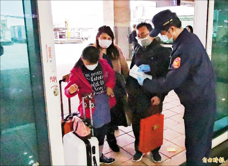 中、港、澳入境班機旅客自昨日起須填寫「健康聲明卡」才得入境。(記者姚介修攝)