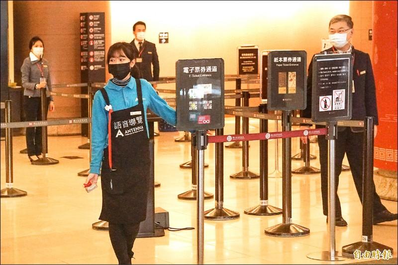 為防武漢肺炎擴大,台北故宮即日起員工全體戴上口罩。(記者鹿俊為攝)