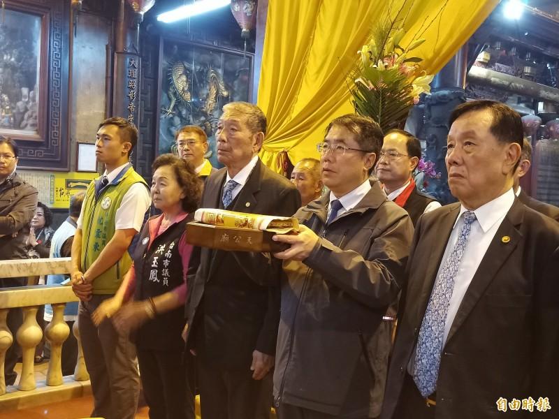 市長黃偉哲除夕夜赴台灣首廟天壇參拜祈福。(記者王姝琇攝)