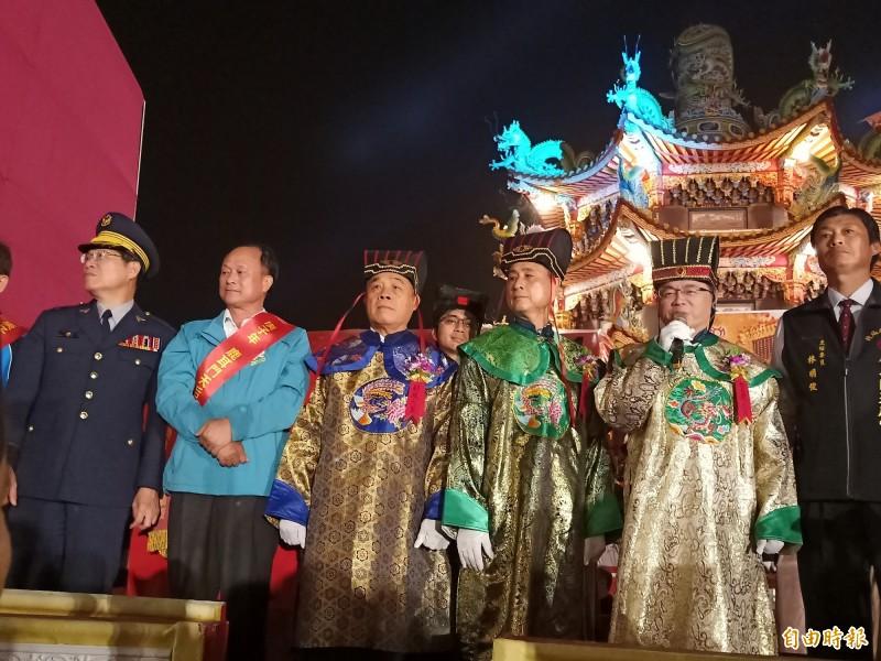 行政院秘書長李孟諺擔任賀歲大臣,於「祈年通寶船」上向民眾拜年。(記者王姝琇攝)
