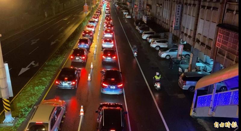 往蘇花改車輛回堵至蘇澳軍人公墓前,一路回堵約3公里.。(記者游明金翻攝)(記者游明金攝)