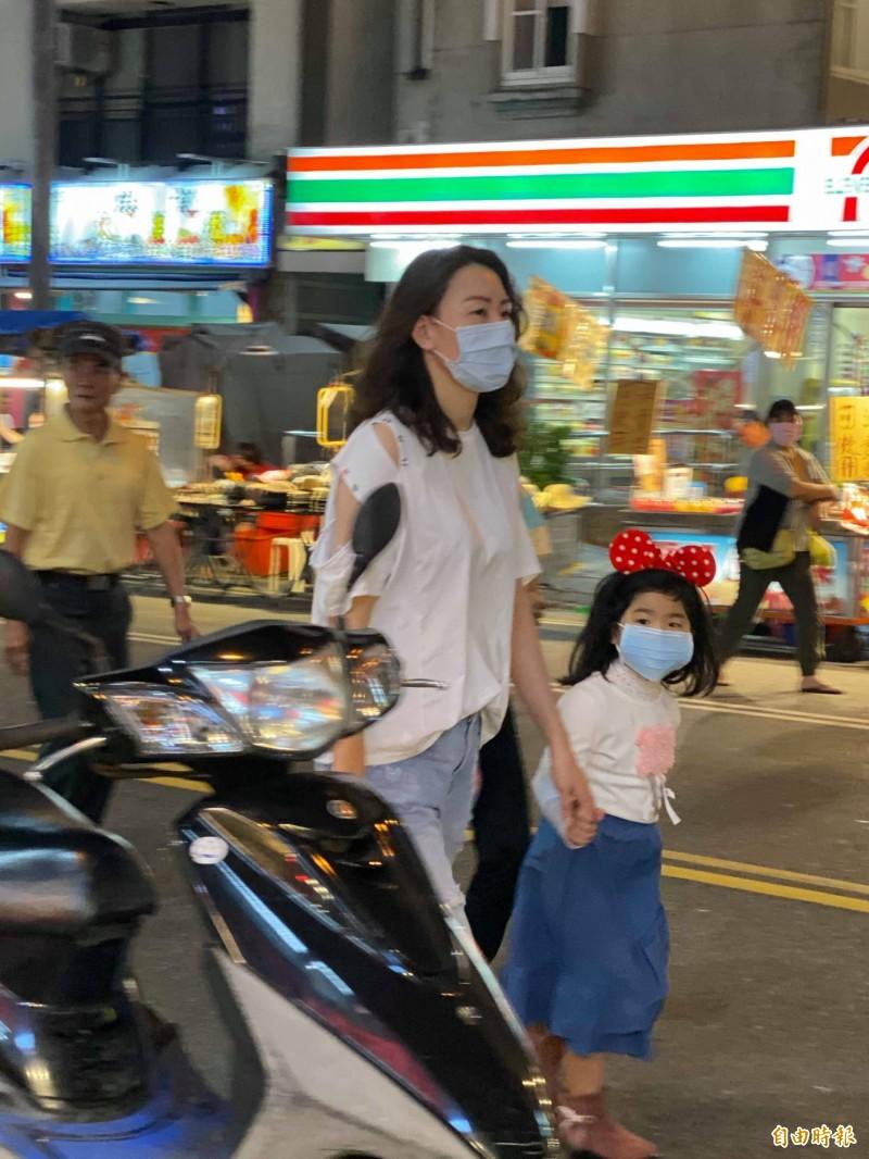 遊客戴口罩逛墾丁大街。(記者蔡宗憲攝)