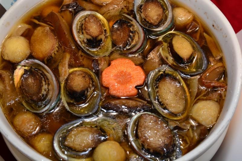 新北市貢寮鮑味道濃郁,漁民養殖的貢寮鮑經過檢驗,食品安全有保障。(記者俞肇福翻攝)