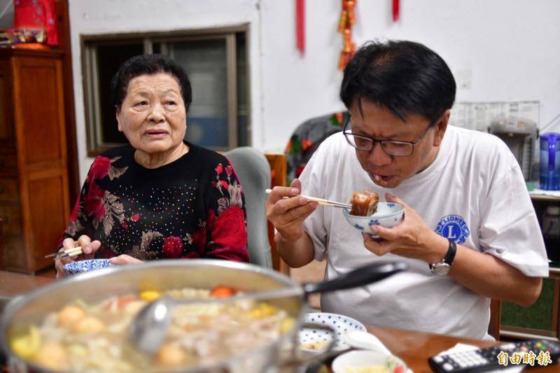 潘孟安最愛媽媽的滷豬腳。(記者蔡宗憲攝)