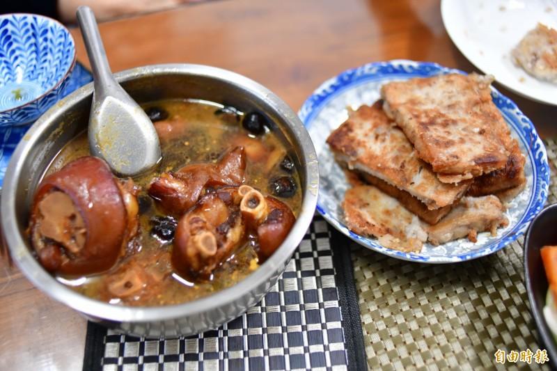 潘孟安最愛媽媽的滷豬腳跟鹹粿。(記者蔡宗憲攝)