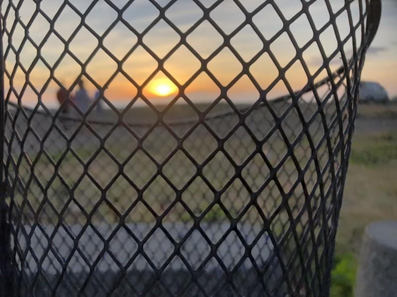 潘孟安獨特的車籃夕陽。(潘孟安提供)