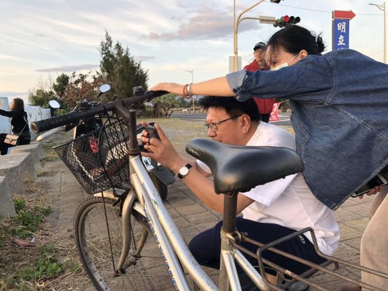 潘孟安常在故鄉騎腳踏車被捕獲。(記者蔡宗憲翻攝)