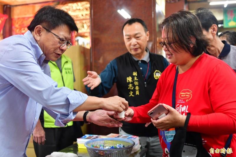 潘孟安初一早上仍維持每年習慣到廟裡為信徒奉茶。(記者蔡宗憲攝)