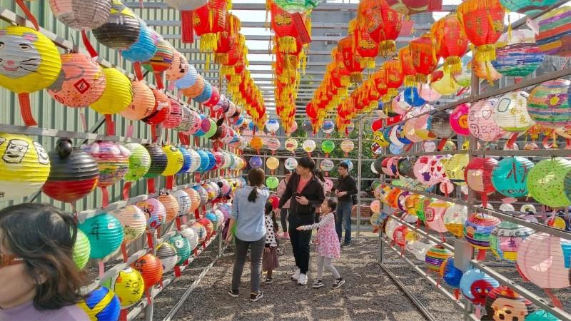 民眾穿梭在掛滿花燈的祈福隧道中,體驗不一樣的新年氣氛。(記者楊金城翻攝)