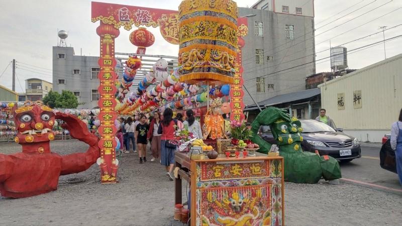 六甲恒安宮媽祖廟在廟埕設置祈福燈區。(記者楊金城翻攝)