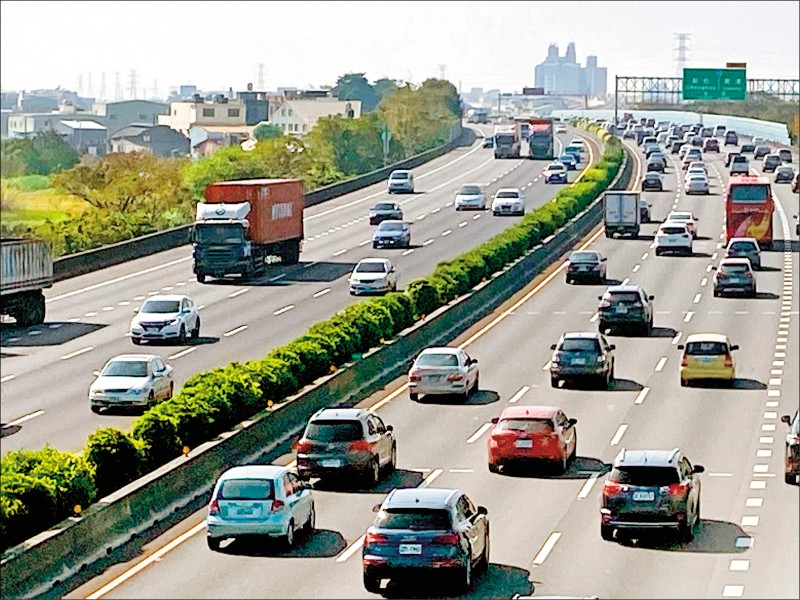 大年初一加上天氣溫暖,高公局預估許多民眾外出走春,南下多處路段恐從白天塞到下午。(資料照)