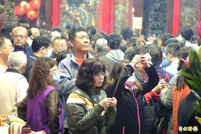蘆洲湧蓮寺除夕夜抽2020年國運籤 ,晚間湧入大批信眾前來參拜。(記者王藝菘攝)