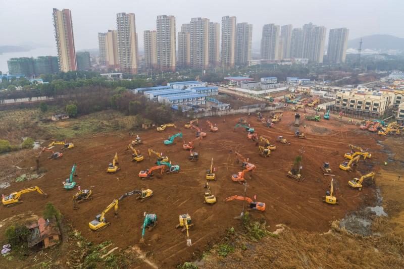 中國武漢專治肺炎的「火神山醫院」正全力趕工建造中,預計2月1日完工。(法新社)