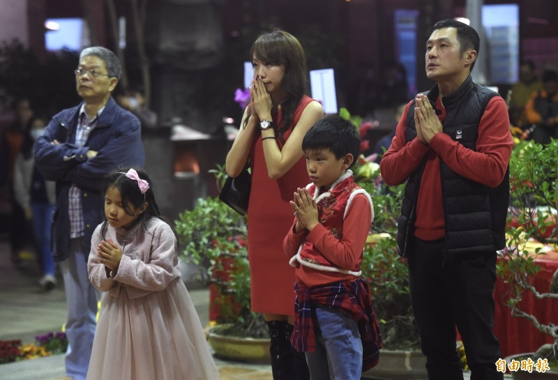 台北市大龍峒保安宮24日除夕夜,不少民眾前來祈福。(記者簡榮豐攝)1