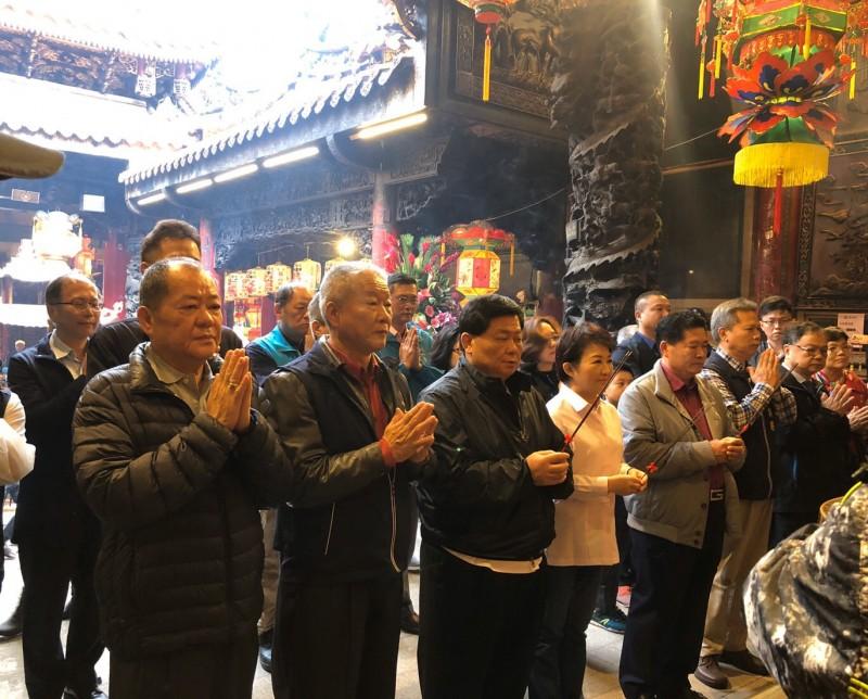 市長盧秀燕到大甲鎮瀾宮參拜。(記者歐素美翻攝)