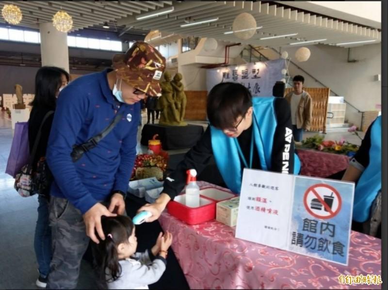 中國武漢肺炎疫情嚴峻,南投燈會工作人員為進入室內展場民眾量體溫。(資料照)