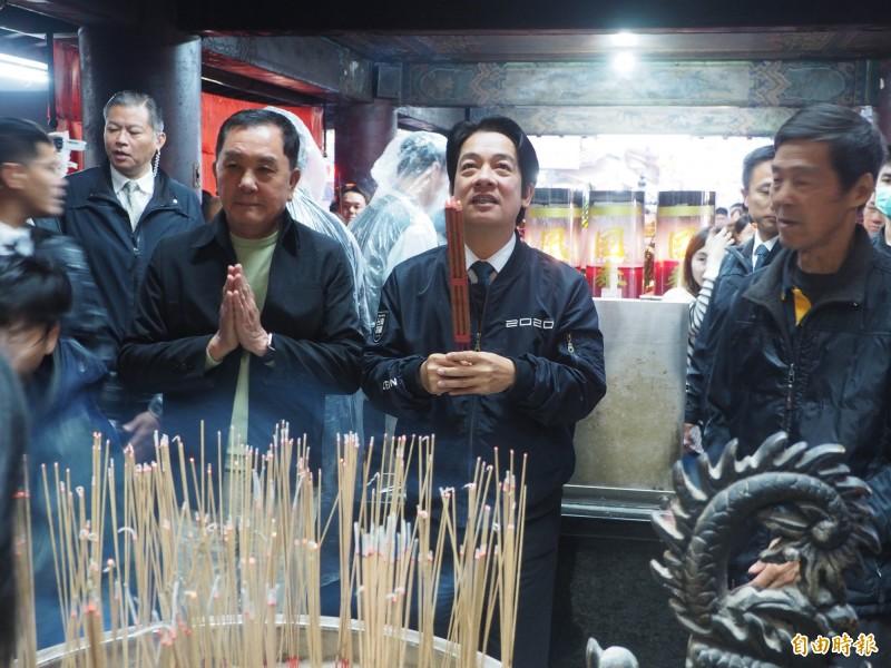賴清德(前排左2)由紫南宮主委莊秋安(前排左1)陪同向土地公參香。(記者陳鳳麗攝)
