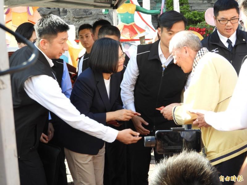 蔡英文總統發福袋給長輩。(記者葛祐豪攝)