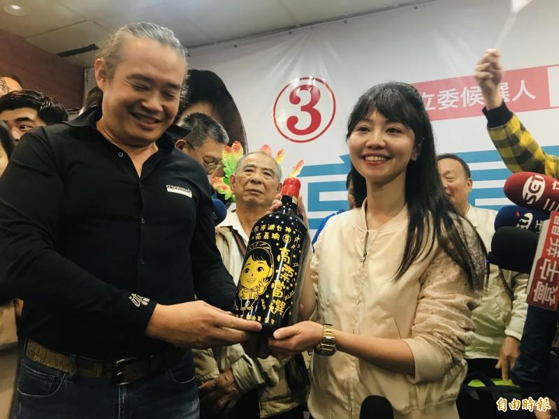 高嘉瑜(右)表示不會參選2022年市長,才剛當選立委,會先努力問政,至於羅智強參選,則給予他祝福。(資料照)