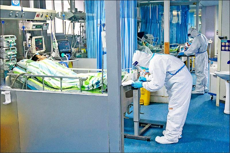 香港及中國研究人員二十四日在醫學期刊《刺胳針》(Lancet)分別刊出「二○一九新型冠狀病毒」(簡稱「武漢肺炎」)的最新研究,中國專家直指此疾致死率十五%。圖為武漢的一所醫院。(美聯社)