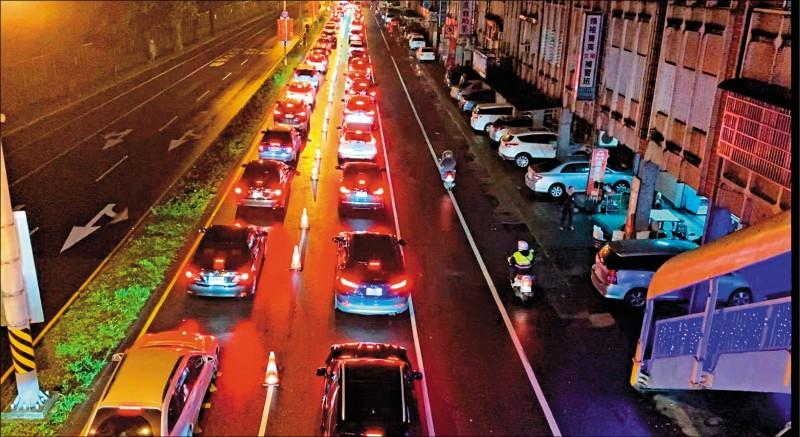 昨大年初一,蘇花改往花蓮方向清晨湧車潮,蘇澳市區一度回堵四公里。(記者游明金翻攝)