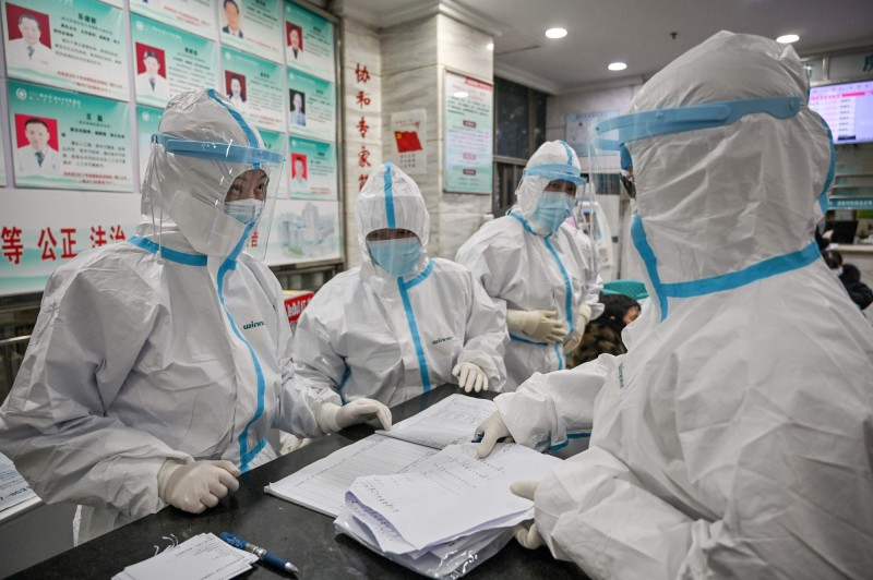 武漢肺炎疫情目前仍持續擴散中。圖為武漢紅十字醫院身著隔離衣的醫護人員。(法新社)