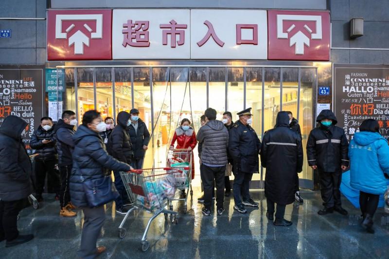 廣東省發布「嚴格防疫通告」,要求民眾出入公共場所必須配戴口罩,否則依法處理。(歐新社)