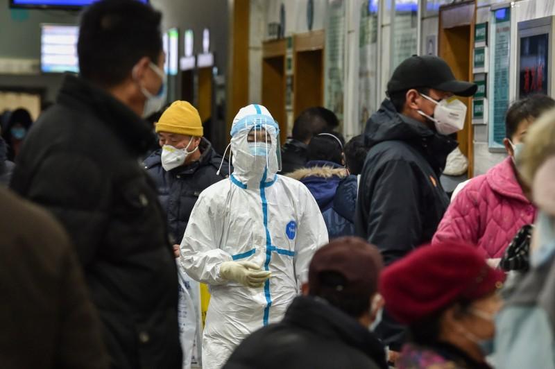針對醫院內的實際情況,網友透露各醫院在武漢封城之前就已經爆滿。(法新社)