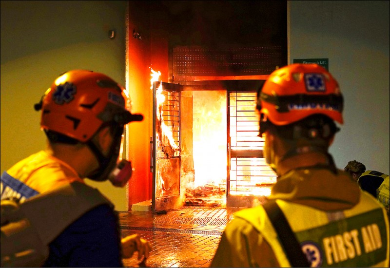 香港25日宣布將新界社會住宅「暉明邨」,設 為未來隔離肺炎臨時「隔離營」。引起居民反彈 ,26日發生縱火事件。 (美聯社)