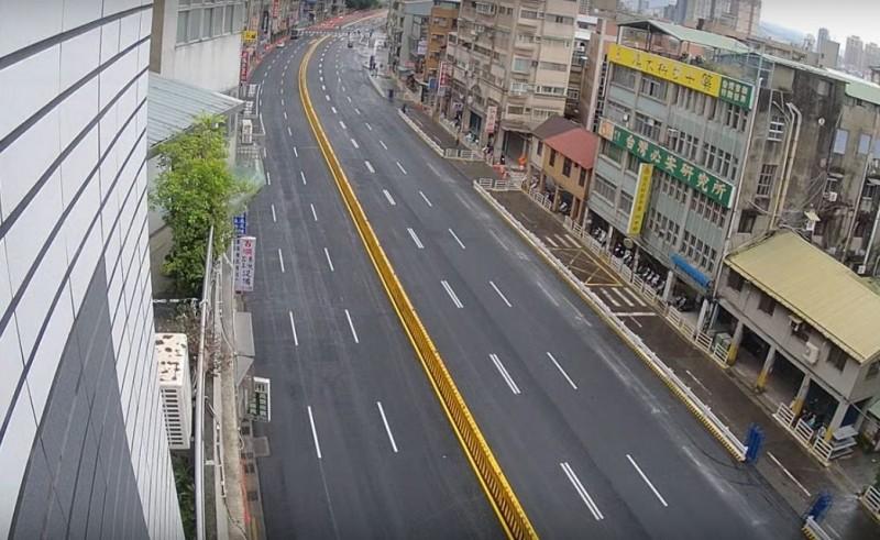 銜接中正橋台北端的北市重慶南路高架橋,從小年夜9點封橋開拆,力拚在春節連假完工並通車,北市府更出動影片團隊,拍攝拆橋過程的紀錄片。(翻攝Youtube影片)