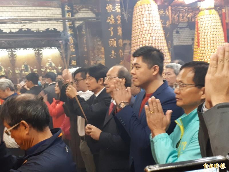 副總統當選人賴清德今天大年初三到新竹市都城隍廟上香祈福及發紅包袋,受到民眾歡迎,他也針對中國「武漢肺炎」疫情提出看法。(記者洪美秀攝)