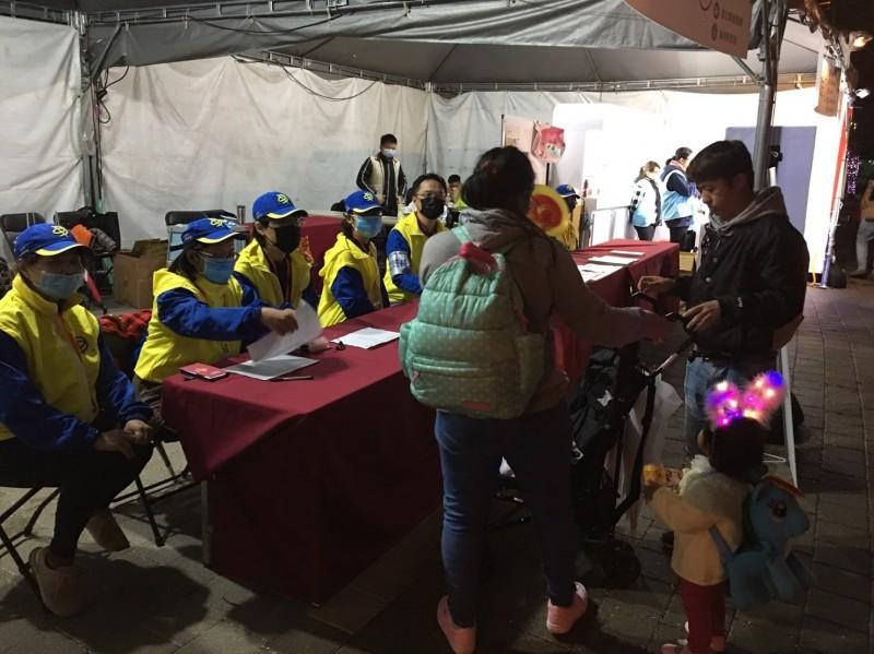 台中市政府今天也宣布,已經加派人手於台灣燈會宣傳衛生教育,防止疫情蔓延。(記者張瑞楨翻攝)
