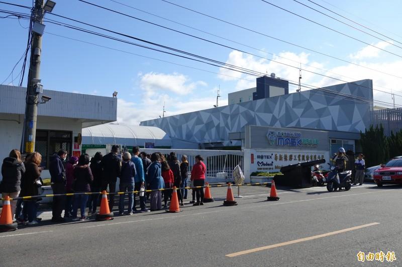 彰化田中的口罩工廠今天大排長龍,下午休館,明天上午9點發號碼牌。(記者劉曉欣攝)