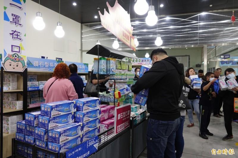 彰化田中的口罩工廠今天一開賣,光一個上午就賣掉6萬片,下午緊急宣布提前休館。(記者劉曉欣攝)