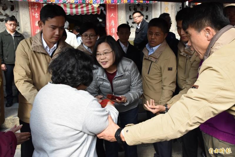總統蔡英文今天下午到北港朝天宮參香發送福袋。(記者黃淑莉攝)