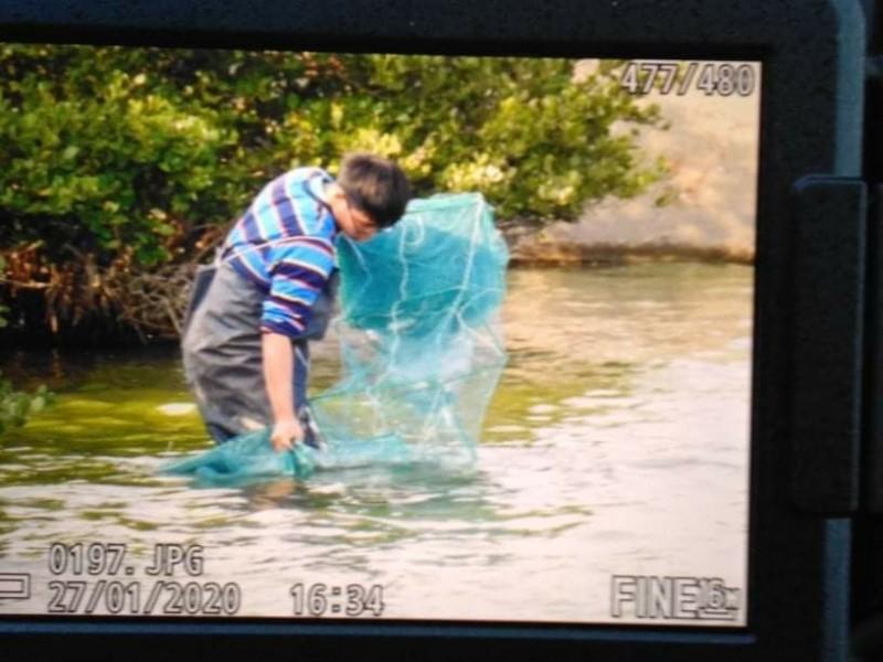 設網捕魚的學生沒穿救生衣,也沒配戴識別證,鳥友誤認是非法捕魚。(記者張瑞楨翻攝)