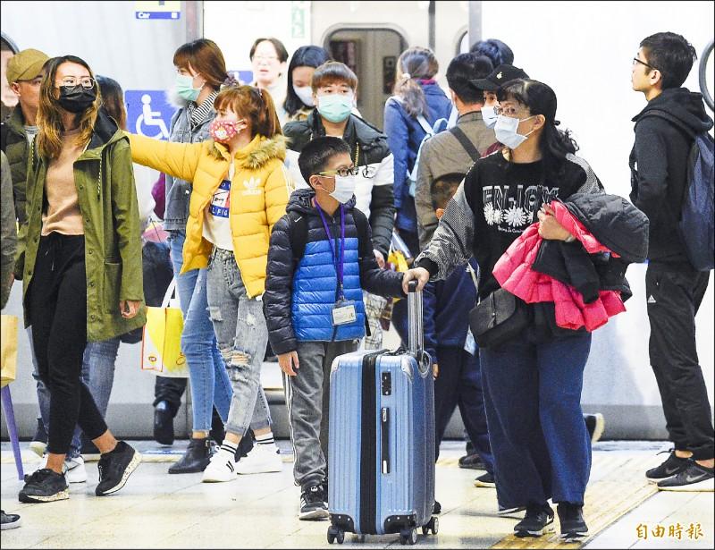 自中國湖北返台者一律須居家隔離14天,違者將強制隔離、公布姓名。圖為民眾外出戴口罩,防病毒侵襲。(記者陳志曲攝)