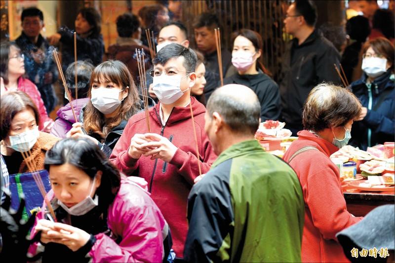 防範武漢肺炎侵襲,民眾都戴上口罩到廟宇拜拜。 (記者陳志曲攝)