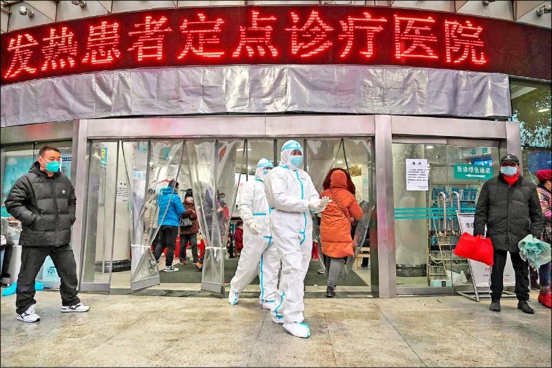 中國武漢市紅十字醫院醫護人員廿五日全副 武裝戒備。 (法新社)