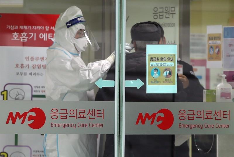 南韓、馬來西亞為了防止疫情繼續擴大,紛紛發起連署,呼籲政府禁止中國人入境。(歐新社)