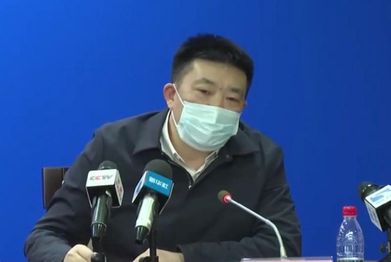 武漢市長周先旺昨(26日)在記者會上說明疫情,有眼尖的網友發現周先旺雖然戴口罩出席記者會,卻不慎上下戴反。(圖擷自微博)