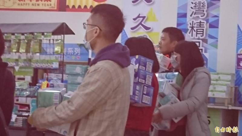 彰化田中的口罩工廠今天一開賣,民眾搶搬口罩。(記者劉曉欣攝)