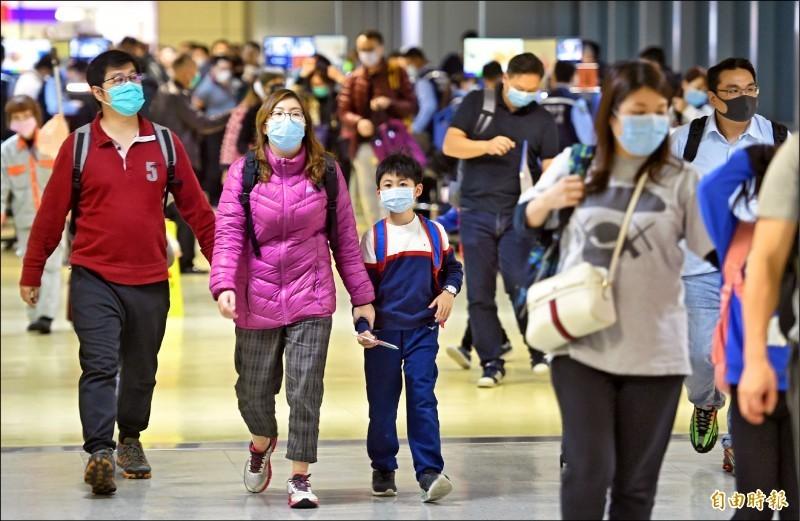 台灣遊客在入境及出境處,都可見到家族旅遊旅客全面配戴口罩的畫面。(資料照)