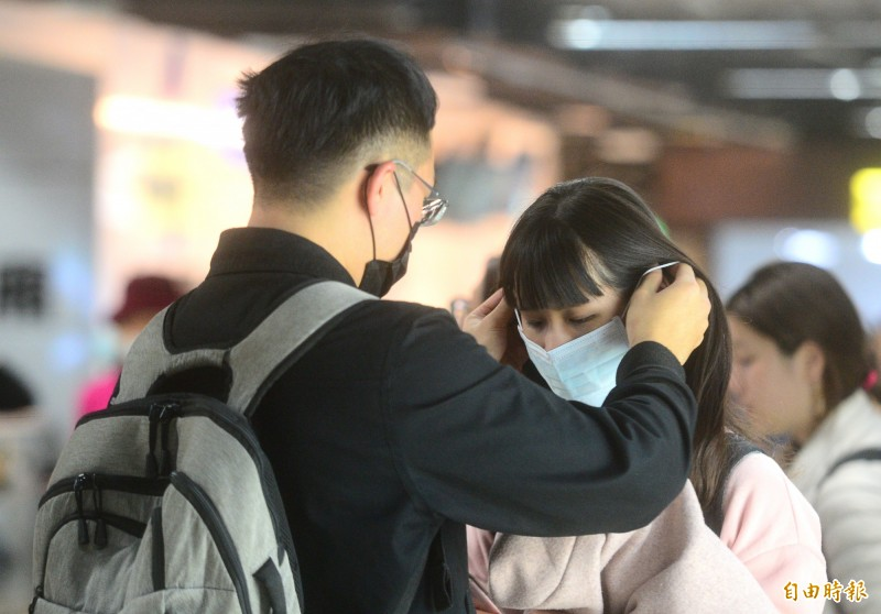 不少民眾為避免被中國人傳染武漢肺炎,紛紛戴起口罩做好安全措施。(資料照)