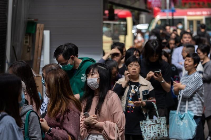 武漢肺炎病情蔓延,中國國家衛生健康委員會今統計,截至26日止,收到30個省累計報告,確診病例達2744例,現有重症461例,並有累計死亡80例,治癒出院則有51例,另有疑似病例5794例。(歐新社)