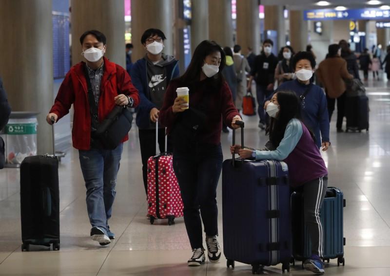 南韓政府考慮包機撤出居住在武漢的500餘位韓國公民。圖為韓國仁川機場旅客。(歐新社)