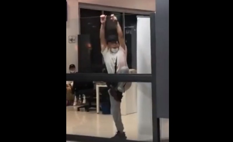 大馬警方在機場成功攔下武漢家庭,他們被暫時隔離在機場離境室時,中國男子他不斷大叫、還試圖翻牆。(圖擷自YouTube)