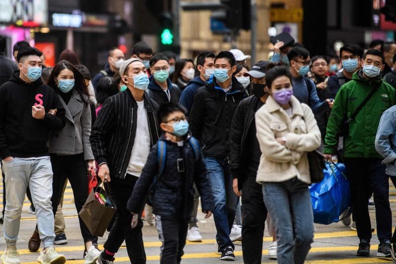 香港多家酒店都有中國旅客在飯店內咳嗽卻不遮口鼻,因此香港酒店工會向港府發出緊急要求,希望能暫時禁止中客入港。圖為香港市區新年人潮,每個人都戴上口罩。(法新社)