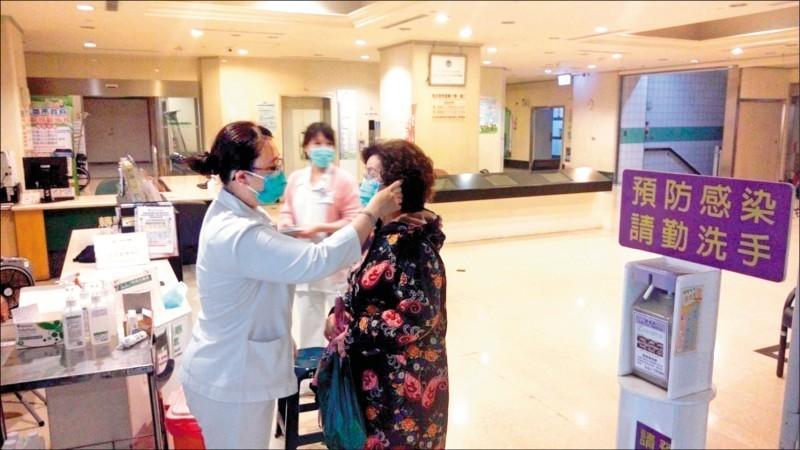 高雄市提升為一級防疫,各大醫院都管制進出者要戴口罩、量體溫。(記者葛祐豪翻攝)